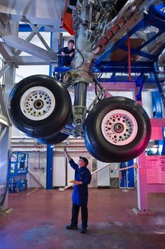 Aerospace and Engineering: Landing Gear Assembly! Airplane Drone, Aircraft Maintenance, Aviation Industry, Airbus A380, Landing Gear, Commercial Aircraft, Civil Aviation, Aircraft Pictures, Air Travel