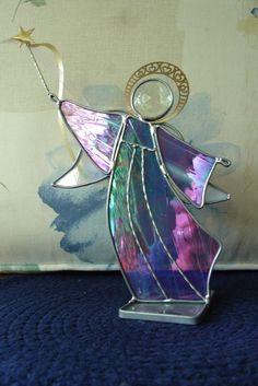 Vitrail anges - vous choisissez nimporte quelle couleur. Peut être en verre transparent, texturé ou opaque. Grand cadeau article ou article bien pensé pour donner à quelquun qui a subi une perte ou ange de Noël pour égayer votre maison. Il est fils unique détaillant qui renforce également lange.  Un Swarovski Crystal est utilisé pour la tête qui va ajouter un arc en ciel pour la lumière qui passe à travers le verre.  L'ange est 8 de haut et halo, 9 1/4 de haut de star. Vous expédier à un...