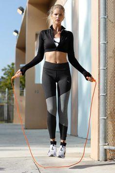 Futuristische Sportswear in Black & White: Von den stylischen Ignite Disc-Laufschuhen bis zum Cropped-Shirt ist das gesamte Outfit von Puma ein absolut trendiger Hingucker. Ob im Studio oder auf der Laufstrecke – mit diesem Look steht ihr definitiv im Mittelpunkt!