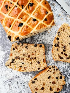 This Hot Cross Bun Loaf is a spicy bread loaf, filled with sultanas, raisins and mixed peel. Inspired by the classic Easter Hot Cross Bun. Bread Maker Recipes, Tasty Bread Recipe, Baking Recipes, Party Recipes, Muffin Recipes, Easter Hot Cross Buns, Easter Dinner Recipes, Easy Bread, Bread Bun