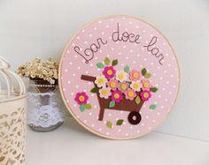 Quadrinho bastidor Lar doce lar Christmas Crafts To Make, Hand Embroidery Art, Church Crafts, Felt Decorations, Felt Flowers, Creative Crafts, Pattern Art, Felt Crafts, Craft Fairs
