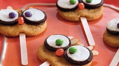 Owl Cookie Pops Treat your guests with these creative owl cookie pops made using Pillsbury® sugar cookies – a perfect dessert for Halloween. Halloween Cookie Recipes, Halloween Cookies, Halloween Treats, Halloween Fun, Halloween Foods, Pillsbury Sugar Cookies, Eating Raw Cookie Dough, Owl Cookies, Cookie Pops