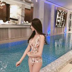 A walk calls for a mini photoshoot Ullzang Girls, Cute Girls, Ulzzang Korean Girl, Cute Korean Girl, Korean Bikini, Girl Korea, Korean Model, Beautiful Asian Women, Japanese Girl