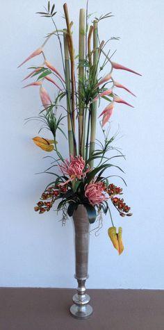 Bouquet d'inspiration Ikebana avec des bambous et des fleurs exotiques  Mary Posy aime !   designed by Arcadia Floral & #Home #Decor.