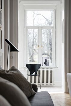 AJ floor lamp by Arne Jacobsen from Louis Poulsen and Series 7 chair by Arne … 1f8c719115