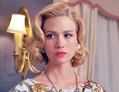January Jones as Betty Draper in 'Mad Men'. Betty Draper, Don Draper, Mad Men Makeup, Male Makeup, Bride Hairstyles, Vintage Hairstyles, Trendy Hairstyles, Modern Haircuts, Updo Hairstyle