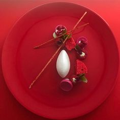 3,959 mentions J'aime, 29 commentaires – Made In Denmark (@simplistic_food) sur Instagram : « | Gin • Raspberry • ginger | By @chefmennopost Do You Love Gourmet ? Follow @simplistic_food » Mini Desserts, Plated Desserts, Weight Watcher Desserts, Michelin Star Food, Chocolate Work, Food Sculpture, Low Carb Dessert, Decadent Cakes, Mets