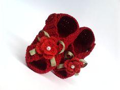 Número(s) pronto(s): 8,5 cm (caso queira este número, avise-nos)    Sandália de crochê de menina: vermelha com flor e laço; e pérola.    MAIS DETALHES DO PRODUTO:  Feito nos tamanhos: 8 cm a 12 cm;  Feito com linha Anne, 100% algodão e antialérgica;  * A cor do sapatinho pode sofrer uma leve vari...