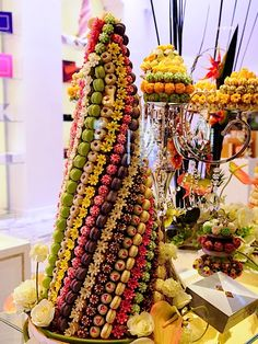 Imagine - we can style a conical tower with fresh fruits and edible flowers for your wedding. Baunilha e Caramelo: Feliz Ano Novo! Fruit Decorations, Food Decoration, Creative Food Art, Food Carving, Food Garnishes, Food Stations, Edible Arrangements, Fruit Displays, Dessert Buffet