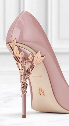 Schuhe Ralph Russo Spring 2016 Items such as artificial leis or other flowers can also be appropriat Cute Shoes, Me Too Shoes, Pretty Shoes, Ralph Et Russo, Shoe Boots, Shoes Heels, Grey Heels, Gold Shoes, Pink Prom Shoes