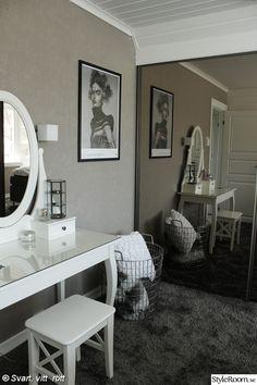 heltäckningsmatta i sovrum,grå matta,vitt sminkbord ikea,tavla fotografiska