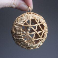 Výsledek obrázku pro pletení z pedigovych  pásků Straw Weaving, Paper Weaving, Weaving Art, Basket Weaving, Christmas Baskets, Christmas Crafts, Christmas Ornaments, Weaving Designs, Weaving Projects