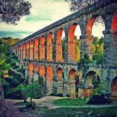 Rooman valtakunnassa insinööritaitoa arvostettiin ja hyödynnettiin monien arkisten ongelmien ratkaisemisessa. Muun muassa kaupunkien vesihuoltoon kehitettiin ratkaisu: akveduktijärjestelmä. Rakennu...