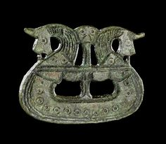 Dragtspænde formet som vikingeskib. Foto: Nationalmuseet. Translation: Suit buckle shaped like a Viking ship. Photo: National Museum