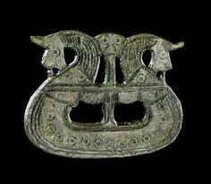 Dragtspænde formet som vikingeskib. Foto: Nationalmuseet. Translation: Suit buckle shaped like a Viking ship. Photo: National Museum