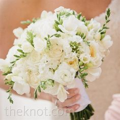 I really like the green plant that is coming through this bouquet! I want light colors in the bouquet, some white, more light peaches and off-white kind of colors. Pink Green Wedding, White Wedding Flowers, White Bridal, Bridal Flowers, Wedding Colors, Ranunculus Wedding Bouquet, Bride Bouquets, Bridesmaid Bouquets, Off White