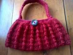 I really love fall. Really really! So I decided to make a fall-themed purse. It's got cables like a cozy sweater and is made from some candy-apple coloured wool that just makes me want to cozy up with a cup of apple cider!