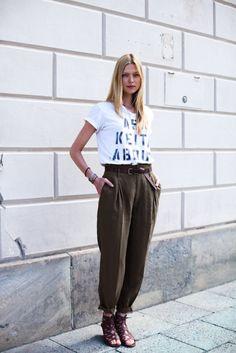 Outra dica válida é apostar em t-shirts pra complementar o look coma uma calça clochard, a combinação dá uma atualizada na peça e ainda ganha ares descolados.