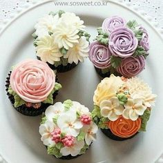 Tea Party- Beautiful Cupcakes with Buttercream Flowers. Fancy Cakes, Mini Cakes, Cupcake Cakes, Cupcakes Flores, Flower Cupcakes, Buttercream Flowers, Buttercream Cake, Icing Frosting, Cake Icing