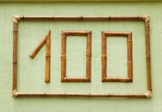 Para identificar a casa, em vez de números na parede, crie um arranjo de vasos de cerâmica, com cada algarismo pintado em um deles. A ideia é da artista Liliane Garmes