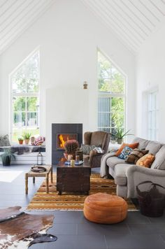 Every country house is associated with a relaxing weekend. Looking at this Swedish house there is no doubt that there is always an atmosphere of warmth ✌Pufikhomes - source of home inspiration Home Living Room, Living Area, Living Spaces, Cozy Living, Style At Home, Appartement Design, Scandinavian Home, Design Case, Home Fashion