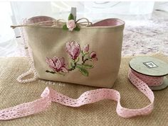 Cross Stitching, Cross Stitch Embroidery, Cross Stitch Patterns, Cosmetic Bag Tutorial, Stitches Wow, Crochet Shoulder Bags, Vanity Bag, Embroidery Bags, Jute Bags