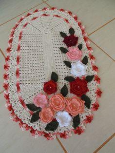 Tapete de barbante de ótima qualidade. <br>Detalhe- flores altas em linha de algodão, que dão leveza e charme ao tapete. <br>Cor- cru e mesclado em vermelho, flores coloridas.