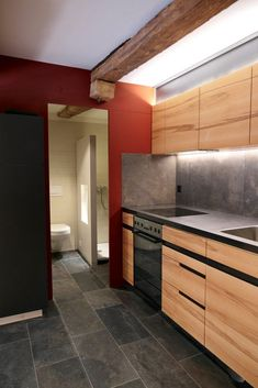 Umbauten und sorgfältige Aufwertung in Altstadthaus Brugg Wordpress, Kitchen Cabinets, Interiors, Website, Home Decor, Front Courtyard, One Room Flat, Plastering, Porcelain Tiles