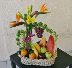 Canasta frutal con flores @ Tropica Floreria Fruit Flower Basket, Fruit Flowers, Flower Boxes, Beautiful Flowers Pictures, Flower Pictures, Vegetable Bouquet, Vegetable Design, Garden Works, Fruit Gifts