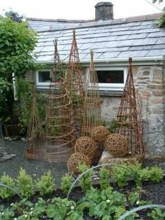 weaving willow garden structures Hoping I can use the endless Rose of Sharon sapplings to make a Holiday light form, or two. Potager Garden, Diy Garden, Garden Trellis, Edible Garden, Garden Crafts, Dream Garden, Garden Projects, Garden Landscaping, Boxwood Garden