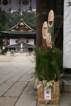 Kadomatsu (Gate Pine), Traditional Japanese Decoration of the New Year|門松. Managua, New Years Decorations, Outdoor Decorations, Japanese Rock Garden, Japanese Lifestyle, Japanese New Year, Bonsai, Japanese Flowers, Winter Flowers