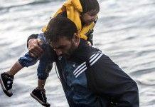 Μια εικόνα, χίλια «βραβεία» –  Ο φωτογράφος που παράτησε την κάμερα για να βοηθήσει προσφυγόπουλα, μιλάει στο altsantiri.gr