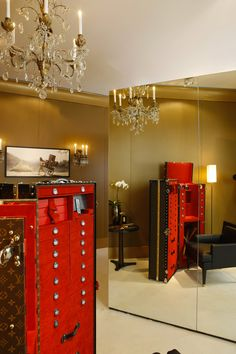 Especially for John Nollet, the famous French hairstylist, Louis Vuitton designed custom versions of its iconic luggage trunks. Louis Vuitton Trunk, Louis Vuitton Luggage, Vuitton Bag, Louis Vuitton Handbags, Trunk Furniture, Steamer Trunk, Travel Wardrobe, Glamour, Branding Design