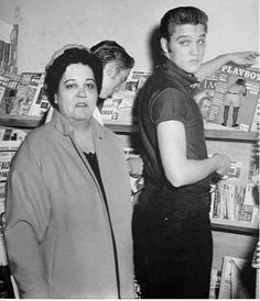 FAKE/FALSO - An image of Gladys Presley (pic from February 1957 in Hollywood) has been photoshopped into this picture from August 18, 1956. Furthermore, Elvis was reaching for another magazine in the original photo by Ed Braslaff.