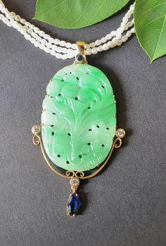 Exklusiver Anhänger mit Jadeschnitzerei in 14 kt Gold eingearbeitet. Verziert mit einem runden sowie einem navetteförmigen Saphir und 0,21 ct Brillanten. Auf Wunsch ist die abgebildete Perlenkette ebenfalls erhältlich. (3 Reihen Süßwasserperlen, mit kleiner Goldschließe, ca. 40 cm Gesamtlänge Jade, Turquoise Necklace, Pendant Necklace, Gold, Jewelry, Fashion, Sapphire, Wish, String Of Pearls
