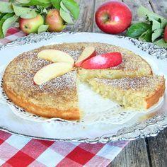 En fantastiskt god kladdkaka med rivna äpplen i smeten som gör den oerhört saftig och god.