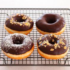 ドーナツ作りました イーストを使った本格派ドーナツはふわふわ お砂糖まぶそうか迷ったけれどチョコレートでコーティングしてみました チョコ好きにはたまらない また他のドーナツも作りたくて揚げ油をとってあります 早めに作らねば