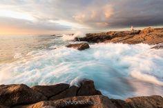 """""""Kerroc'h en lumière"""" www.erwanleroux.bzh  Une lumière exquise d'un soir d'automne, de belles grosses vagues se fracassant sur la côte rocheuse ... rien de tel pour mettre son nez dehors et en profiter pour faire quelques photos du petit phare de Kerroc'h à Ploemeur :)  Bonne soirée à tous !  Le partage est bien entendu autorisé ... si vous aimez ;)  #erwanleroux #photographe #bretagne #morbihan #ploemeur #paysdelorient #kerroch #pharedekerroch #sunset #coucherdesoleil #phare #nikon #si"""