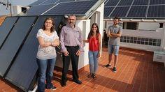 Miguel Torres, con su familia en la azotea de su casa, donde tiene instalados los paneles.