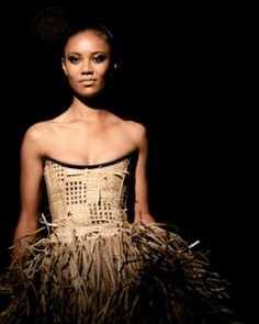 This is another flax weaving piece, those skills are mad! Work of NZ native Lindah Lepou. Fashion Wear, Love Fashion, Fashion Show, Fashion Outfits, Fashion Design, Polynesian Designs, Maori Designs, Native Style, International Fashion