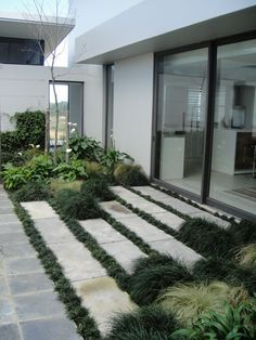 Interesting transitional space. Don't like the plantings on the right and left. Ross McGill Landscapes | Prew Project