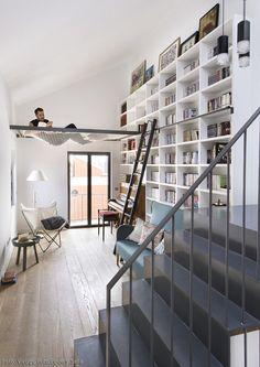 Das spanische Architekturbüro **[[http://www.egueyseta.com/ Egue y Seta]]** hat einer heruntergekommenen **Doppelhaushälfte** in **Madrid** ein beeindruckendes Upgrade verpasst: Vor der Umgestaltung dunkel und ungemütlich, präsentieren sich die **170 Quadratmeter auf drei Etagen** heute als ideales Großstadt-Zuhause. Hinter einer Glaswand direkt unter dem Dach befindet sich ein kleiner **Schlafbereich für Gäste**, ein paar Treppenstufe weiter unten eine **Bibliothek mit Sitzecke** und…