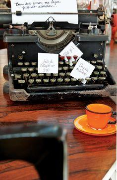 A máquina de escrever vai ficar incrível na decoração de seu escritório. Porém, ela também pode ser útil, como ser um suporte para pendurar alguns bilhetinhos (diga-se lembretes!) importantes do dia.
