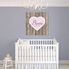 Deze muurdecoratie met een steigerhout look staat goed in iedere baby  kinderkamer. Geef een naam op en wij zetten deze voor jou op het canvas.
