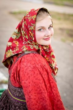 Traditional headscarf of a peasant girl from Northern provinces, Russia. Beautiful Muslim Women, Beautiful Girl Image, Beautiful Hijab, Beautiful People, Russian Beauty, Russian Fashion, Beau Hijab, Style Russe, Russian Folk