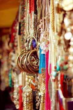 a glimpse at Indian flee markets Essence Of India, Asian Wedding Dress, Baby Bling, India Culture, Vintage India, Visit India, Incredible India, Indian Jewelry, Cool Photos