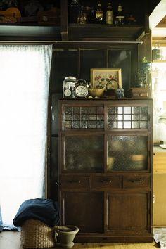 「築135年の古民家に暮らす」の写真特集。大きな画像を次々とごらんいただけます。 Japan Room, Japanese Interior, Japanese House, Japanese Culture, Traditional House, Shelves, Interior Design, Lifestyle, Furniture