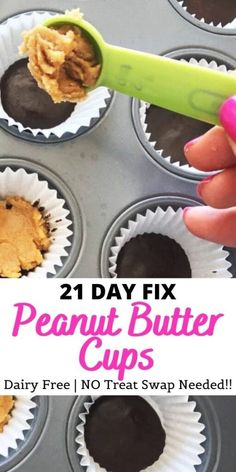 No treat swap needed for these super cute, gluten-free, dairy-free, and delicious healthy copycat mini Reese's peanut butter cups! Make a double batch and keep in the freezer for anytime you need a peanut butter cup fix! Best Peanut Butter, Chocolate Peanut Butter Cups, Frozen Chocolate, Dairy Free Chocolate, Healthy Chocolate, Gluten Free 21 Day Fix, Fixate Recipes, Vegan Recipes, Mini Cupcake Pan