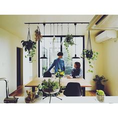 女性で、1LDKのインスタ tongarihouse/ハンギンググリーン/休日の過ごし方/シンプルライフ…などについてのインテリア実例を紹介。「地方のフリーペーパーにて我が家を紹介していただきました。 いい記念になりました。」(この写真は 2017-05-26 16:25:50 に共有されました) House Plants Decor, Plant Decor, Veggie Art, Green Flowers, Hanging Planters, Little Houses, Retail Design, My Room, Indoor Plants