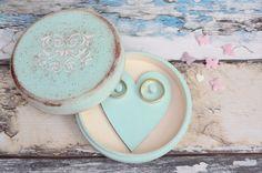 Rustykalne pudełko na obrączki w kolorze mięty. W środku skrywa serduszko z kołeczkami na pierścionki.  Do kupienia w sklepie internetowym Madame Allure! Ornament, Plates, Tableware, Licence Plates, Decoration, Dishes, Dinnerware, Griddles, Tablewares